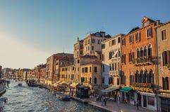 Sikt av byggnader och fartyg framme av kanalen som är stor i Venedig Arkivbild