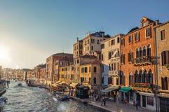Sikt av byggnader och fartyg framme av kanalen som är stor i Venedig Arkivbilder