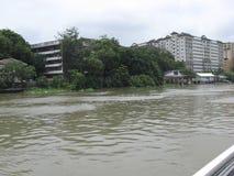 Sikt av byggnader och flerfamiljshus längs den Pasig floden, Manila, Filippinerna royaltyfri fotografi