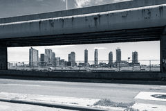 Sikt av byggnader som inramas av de FDR Körning Royaltyfri Fotografi