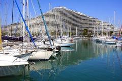 Sikt av byggnadskomplexet för Marina Baie des Anges nära Antibes, Frankrike Royaltyfri Foto