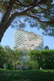 Sikt av byggnadskomplexet för Marina Baie des Anges nära Antibes, Frankrike Royaltyfri Bild