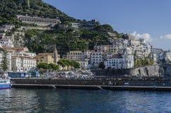Sikt av byn av Amalfi från det Tyrrhenian havet arkivfoton