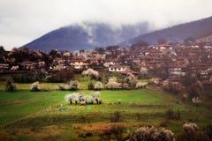 Sikt av byn Jeravna Bulgarien Europa Balkan berg Arkivbilder