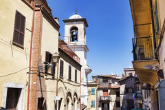 Sikt av byn Rocca di Far på de romerska kullarna Arkivbilder