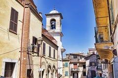 Sikt av byn Rocca di Far på de romerska kullarna - Italien Arkivbilder