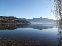 Sikt av Caldonazzo sjön Arkivbild