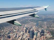 Sikt av Calgary som är i stadens centrum utanför flygplanfönster Royaltyfria Bilder