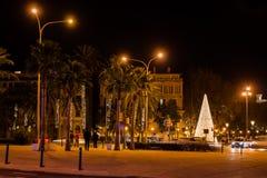 Sikt av Calle del Muelle Carrer del Moll med en julgran i den gamla staden av Palma, Majorca royaltyfri fotografi