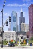 Sikt av CANplazaen och Willis Tower Arkivbilder