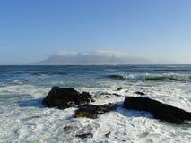 Sikt av Cape Town med tabelltorkduken på tabellberget från den Robben ön Arkivfoto