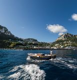 Sikt av Capri från havet arkivfoto