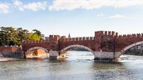 Sikt av Castel Vecchio Bridge i den Verona staden Arkivbilder