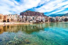 Sikt av cefaluen, stad på havet i Sicilien, Italien royaltyfria bilder
