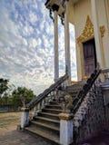 Sikt av centrala kambodjanska bygd och tempel Arkivbild
