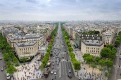 Sikt av Champset-Elysees från Arc de Triomphe i Paris royaltyfri bild