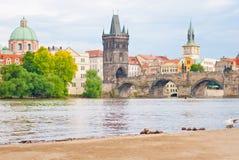 Sikt av Charles Bridge i Prague, Tjeckien Fotografering för Bildbyråer
