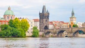 Sikt av Charles Bridge i Prague, Tjeckien Royaltyfri Foto