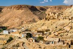 Sikt av Chenini, en stärkt Berberby i södra Tunisien Arkivbilder