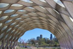 Sikt av Chicago horisont från Lincoln Park, med den södra dammpaviljongen Royaltyfria Bilder