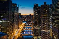 Sikt av Chicago River på skymning Royaltyfri Fotografi