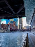 Sikt av Chicago Riverwalk med ånga som blåser över den och Chicagoet River arbetar tillfälligt så, dykning arkivbild