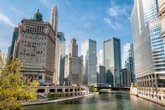 Sikt av Chicago skyskrapor med Mather Tower och London garantibyggnad från Chicago River, USA Royaltyfri Foto