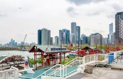 Sikt av Chicago som är i stadens centrum från marinpir, som erbjuder den stora staden och Lake Michigan panorama Arkivbilder