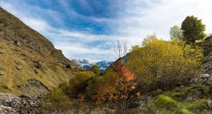 Sikt av cirquen av Troumouse i de Pyrenees bergen arkivfoton