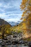 Sikt av cirquen av Troumouse i de Pyrenees bergen fotografering för bildbyråer