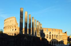 Sikt av Colosseumen i Rome, Italien som tänd av strålarna av inställningssolen royaltyfri fotografi