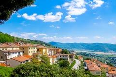 Sikt av Cortona, medeltida stad i Tuscany, Italien royaltyfria bilder