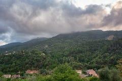 Sikt av dalarna och bergen nära byn av Tourrette royaltyfria bilder