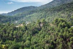 Sikt av dalarna och bergen nära byn av Tourrette arkivfoto