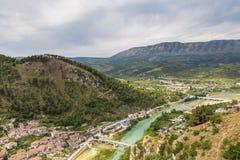 Sikt av dalen av floden Osum i staden av Berat , Albanien royaltyfria bilder