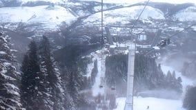 Sikt av dalen från en höjd från fönstret av den rörande kabinen av elevatorn av skidastationen lager videofilmer