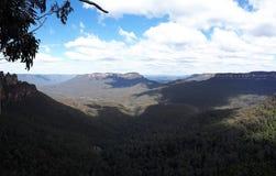 Sikt av dalen och berg med eukalyptusträd på en klar dag för blå himmel i Jamison Valley NSW Australien royaltyfri foto