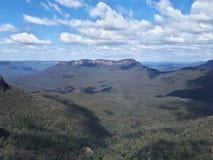 Sikt av dalen och berg med eukalyptusträd på en klar dag för blå himmel i Jamison Valley NSW Australien arkivbild