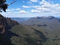 Sikt av dalen och berg med eukalyptusträd på en klar dag för blå himmel i Jamison Valley NSW Australien arkivbilder