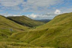 Sikt av dalen på det Glengesh passerandet Co Donegal arkivbild
