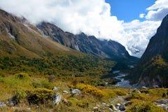 Sikt av dalen på vägen från Ghunsa till Lhonak, Nepal Arkivfoto