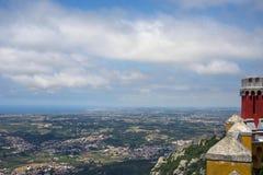 Sikt av dalen, staden och himlen med moln från observationsdäcket av den Pena slotten royaltyfri foto