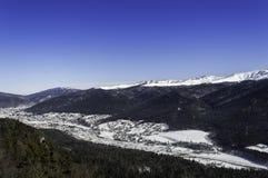 Sikt av dalstäder i berg Royaltyfri Bild