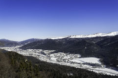 Sikt av dalstäder i berg Arkivfoton