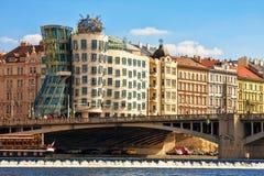 Sikt av danshuset och invallningen av den Vltava floden Arkivbild