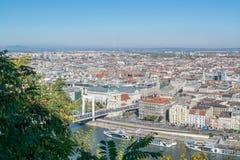 Sikt av Danubet River med bastionen och bron i Budapest Arkivfoto