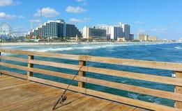 Sikt av Daytona Beach från pir, fiskepol Fotografering för Bildbyråer