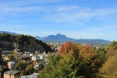Sikt av de österrikiska fjällängarna från Salzburg, Österrike i höst Arkivfoton