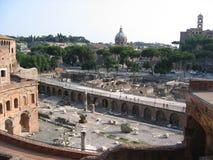 Sikt av de antika marknaderna av Traiano med dess fördärvar och av den forntida Rome italy Royaltyfri Bild