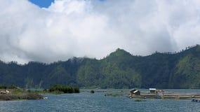 Sikt av de Batur bergen och sjön På platsen av naturliga Hot Springs under den Batur vulkan i det beträffande Kintamani berget fotografering för bildbyråer